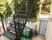 Лестница к номерам с кухней