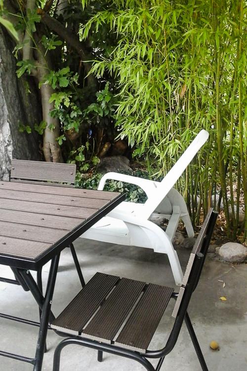 Столик во дворе