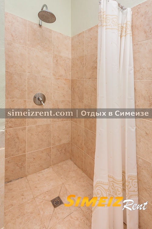 Санузел с душем в спальне 2-го этажа, восточная половина