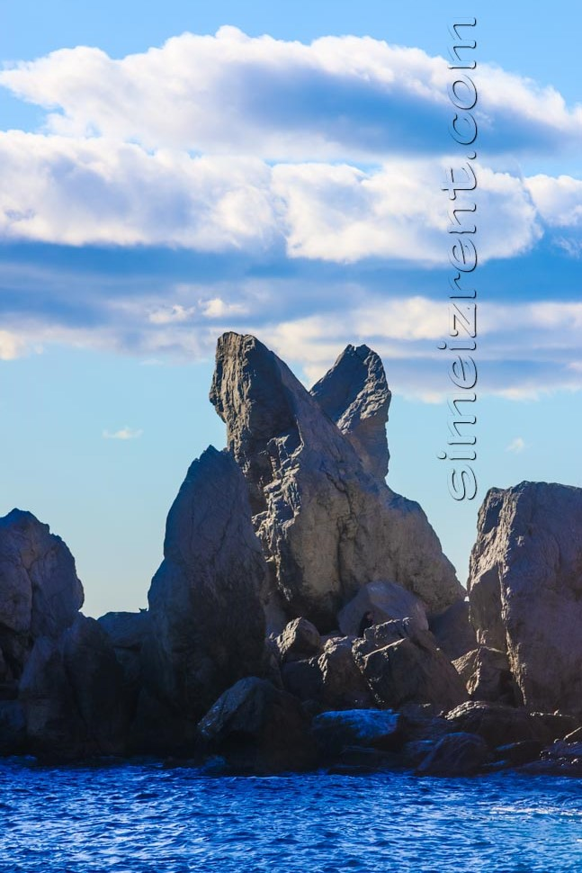 Крым, Симеиз, центральный пляж, остатки скалы Монах