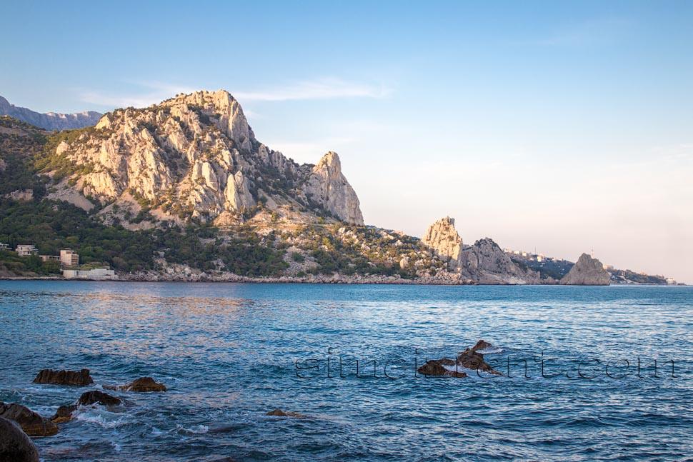 Крым, Симеиз, гора Кошка, скалы Дива и Крыло Лебедя, вид из Голубого залива