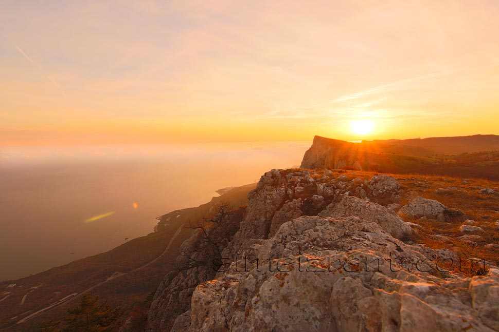 Крым, гора Ай-Петри, вид на Симеиз, закат